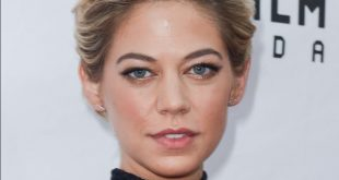 Analeigh Tipton Short Haircut with Tousled Waves